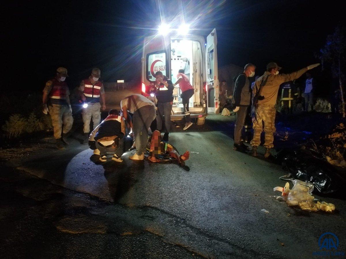 Van da kaçak göçmen taşıyan minibüs kaza yaptı #5