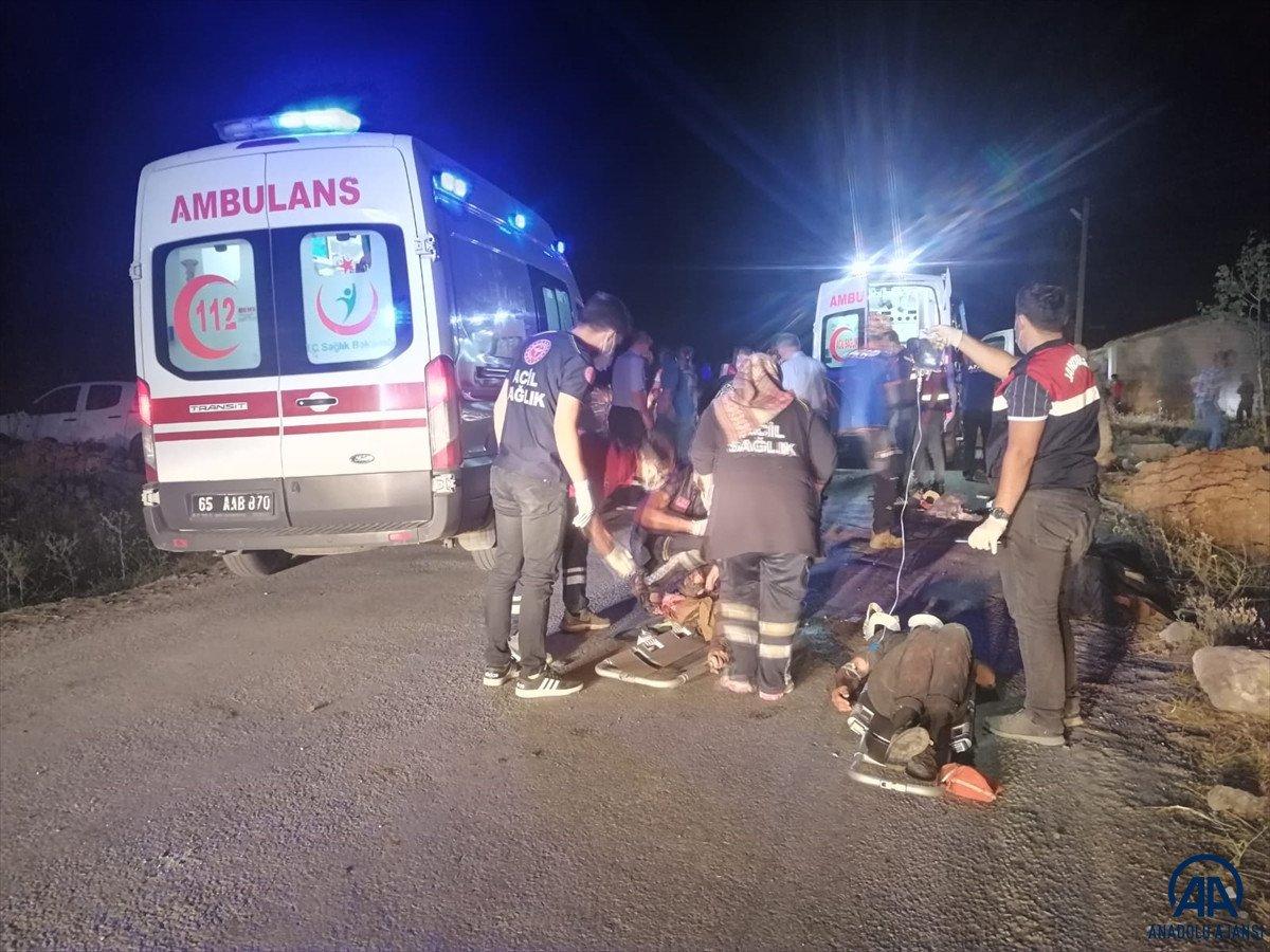 Van da kaçak göçmen taşıyan minibüs kaza yaptı #4