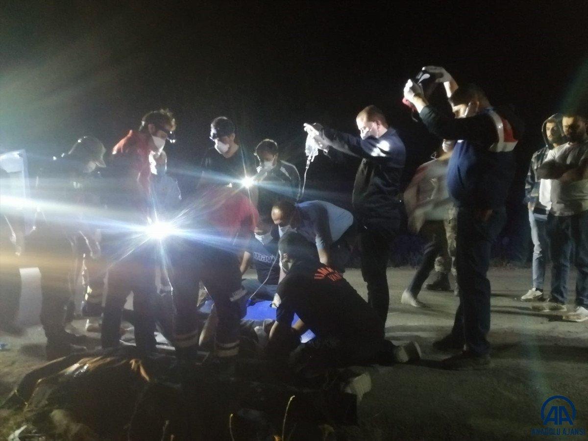 Van da kaçak göçmen taşıyan minibüs kaza yaptı #2