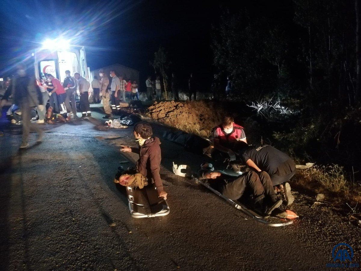 Van da kaçak göçmen taşıyan minibüs kaza yaptı #1