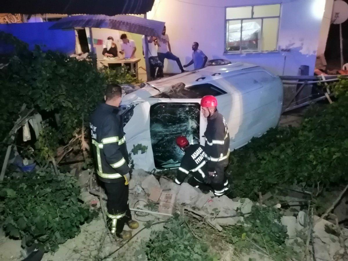 Aksaray da otomobil müstakil evin bahçesine düştü #2