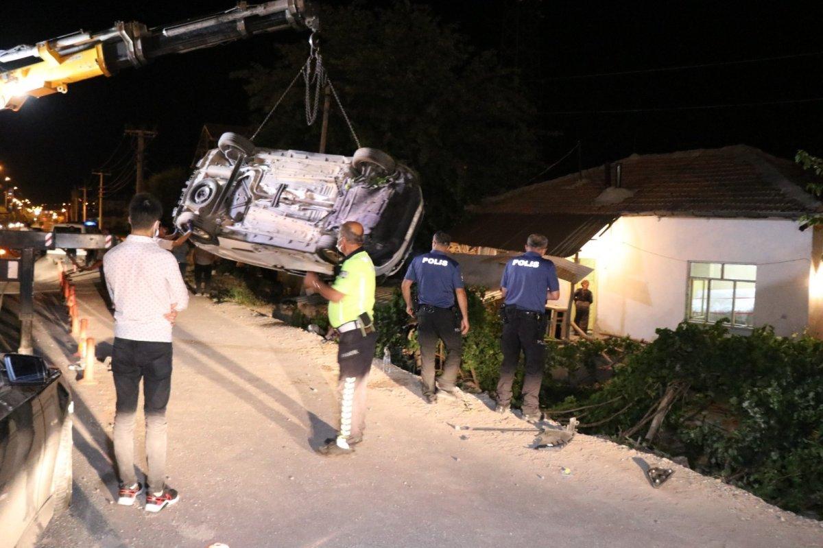 Aksaray da otomobil müstakil evin bahçesine düştü #4