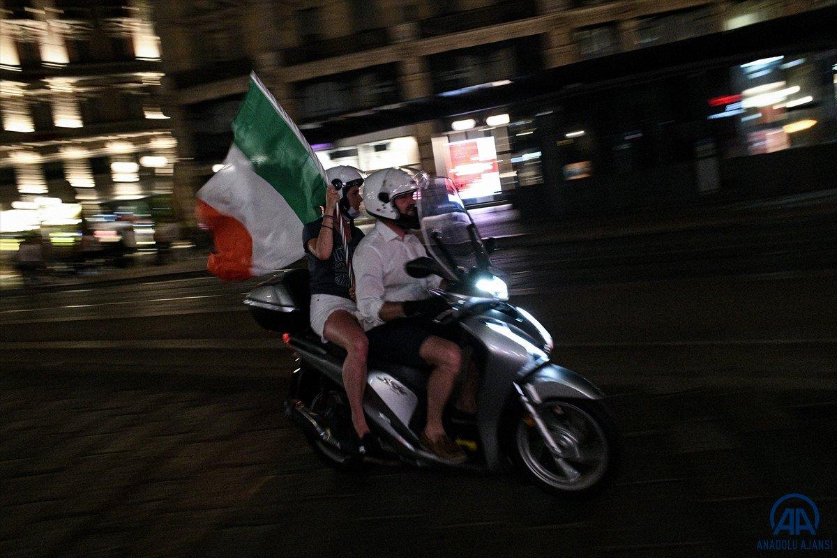 İtalyanlar, şampiyonluk coşkusunu sokaklarda yaşadı #10