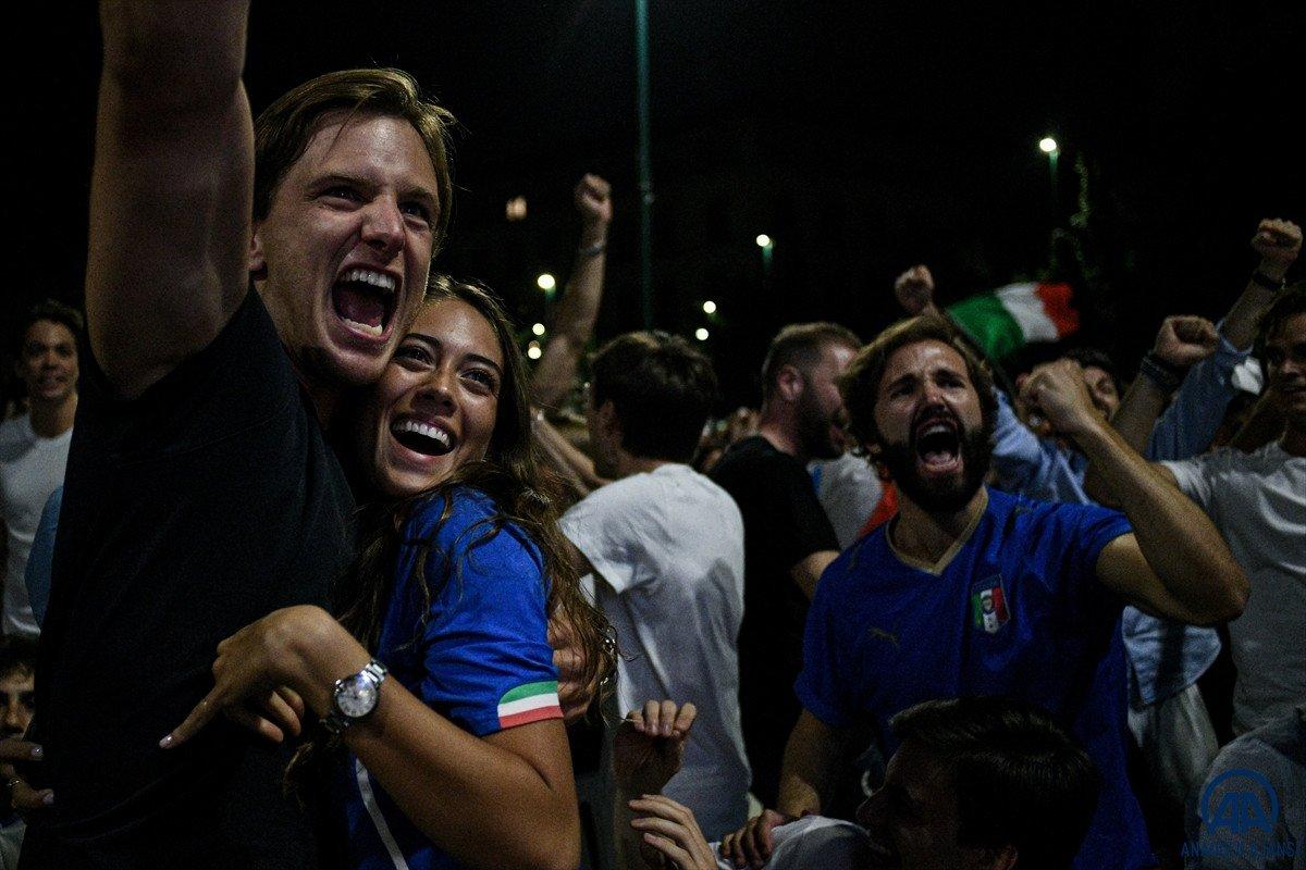 İtalyanlar, şampiyonluk coşkusunu sokaklarda yaşadı #9