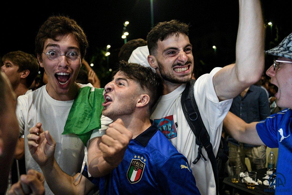 İtalyanlar, şampiyonluk coşkusunu sokaklarda yaşadı #8