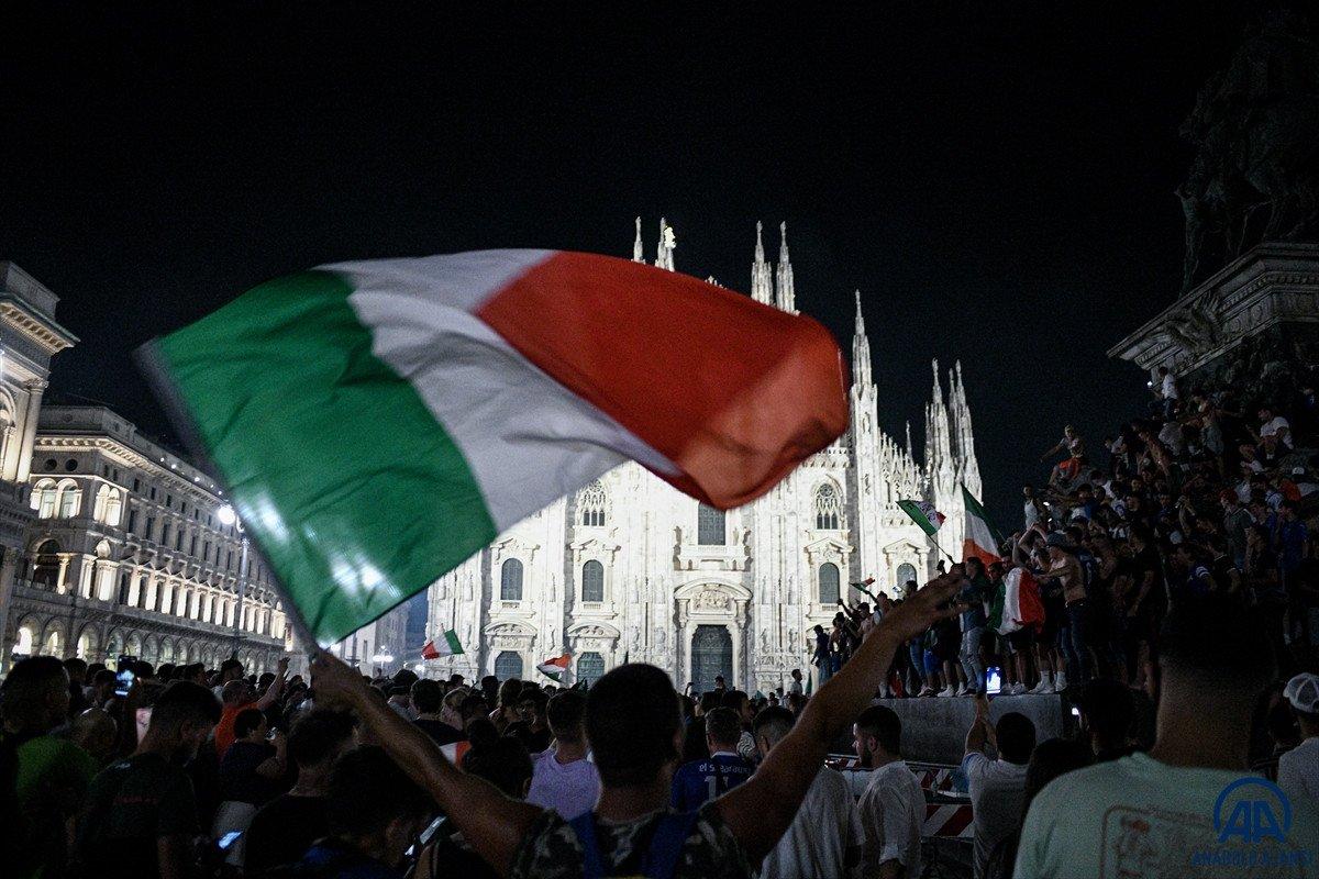 İtalyanlar, şampiyonluk coşkusunu sokaklarda yaşadı #11