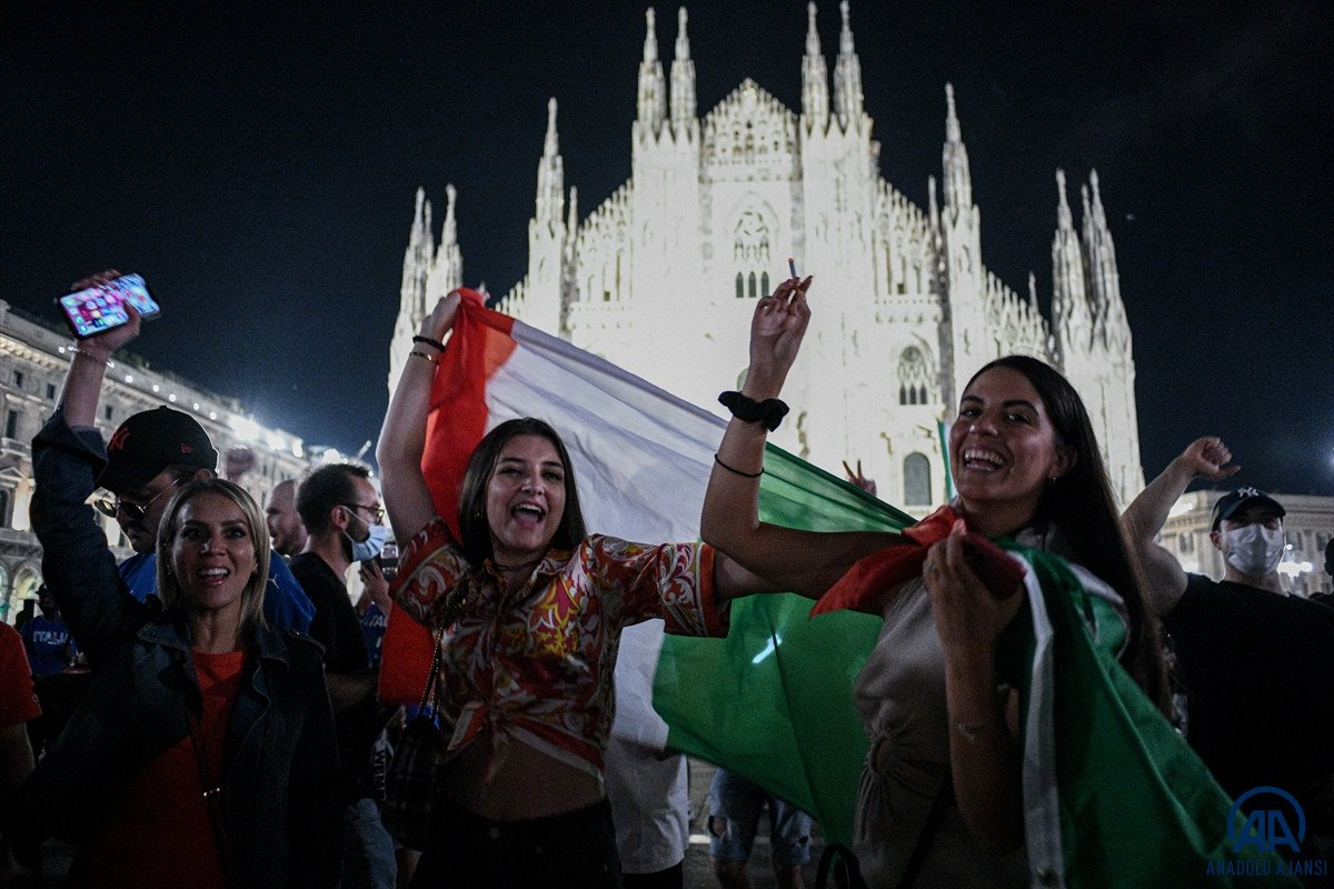 İtalyanlar, şampiyonluk coşkusunu sokaklarda yaşadı #12
