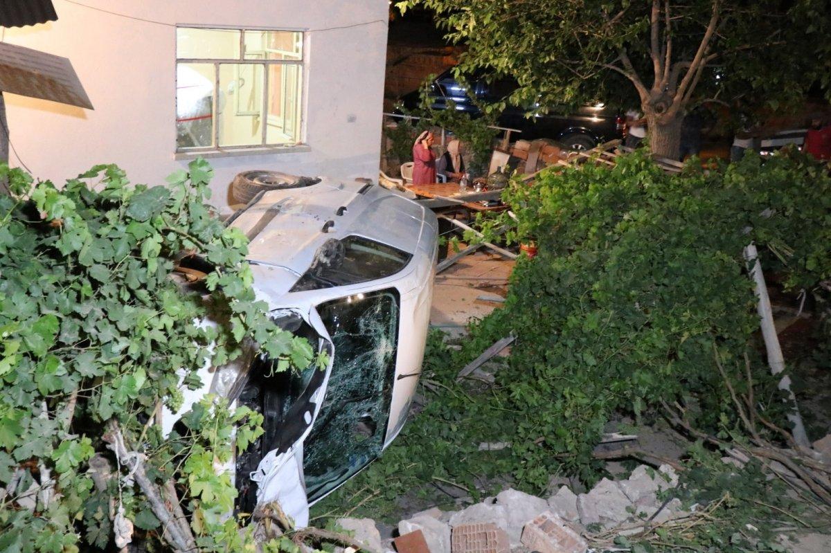 Aksaray da otomobil müstakil evin bahçesine düştü #3