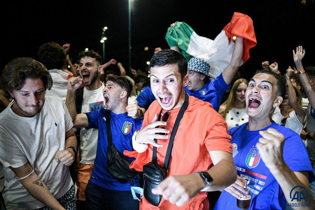 İtalyanlar, şampiyonluk coşkusunu sokaklarda yaşadı #6