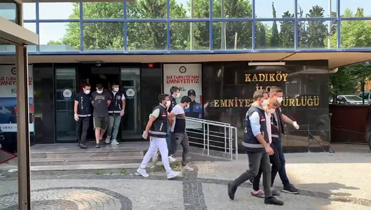 Kadıköy'de kilise kapısı üzerinde dans ettiler  #2