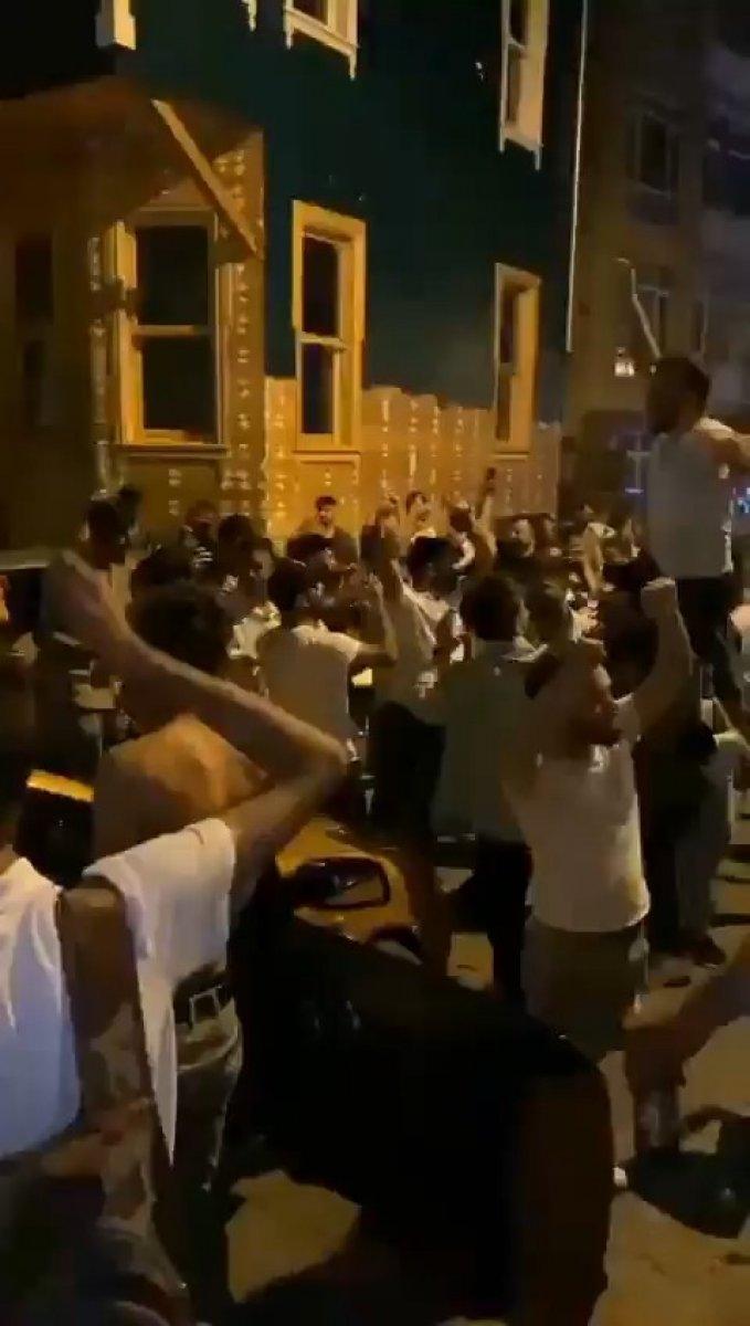 Kadıköy'de kilise kapısı üzerinde dans ettiler  #4