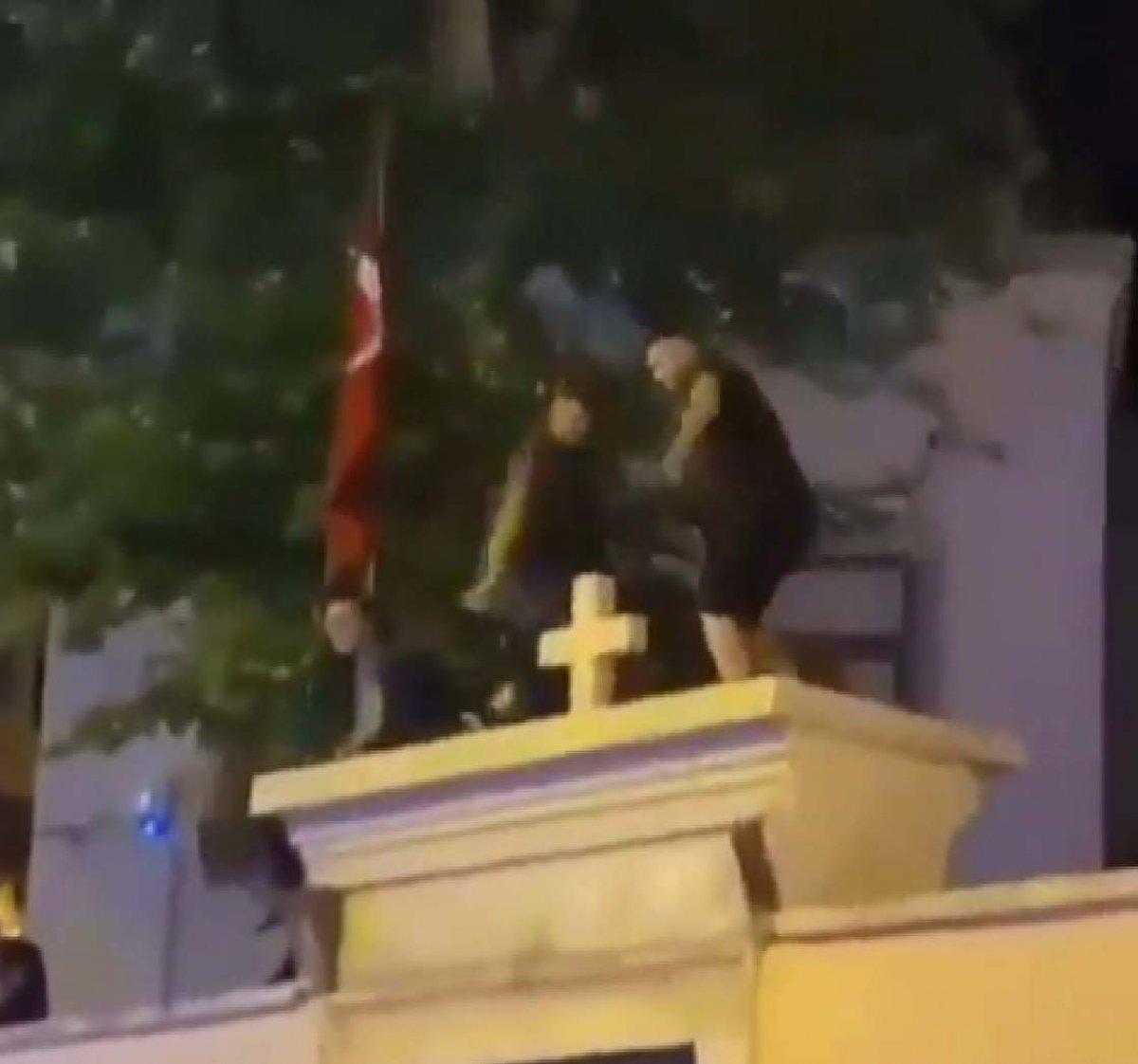 Kadıköy'de kilise kapısı üzerinde dans ettiler  #1
