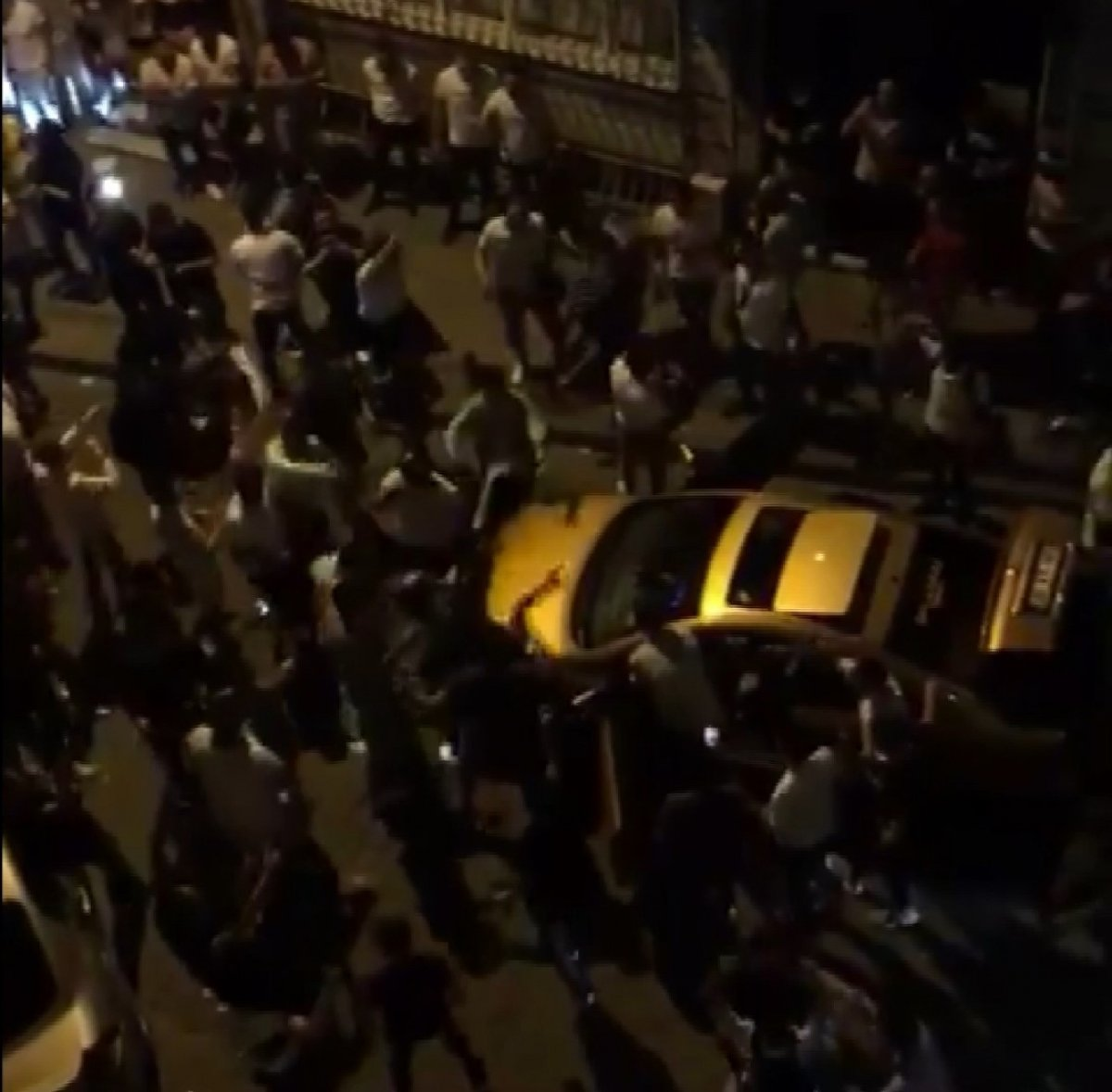 Kadıköy'de kilise kapısı üzerinde dans ettiler  #7