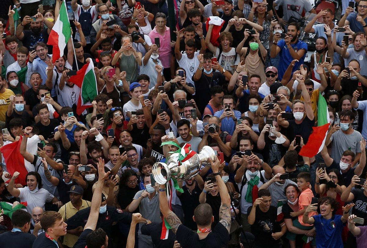 Şampiyon İtalya, Roma da şampiyonluk turu attı #8