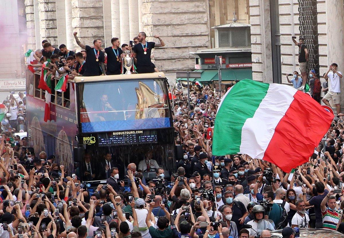 Şampiyon İtalya, Roma da şampiyonluk turu attı #10