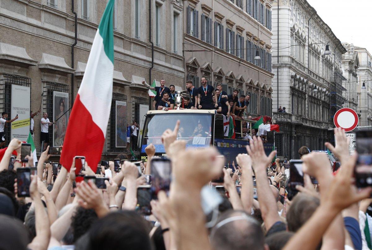 Şampiyon İtalya, Roma da şampiyonluk turu attı #4