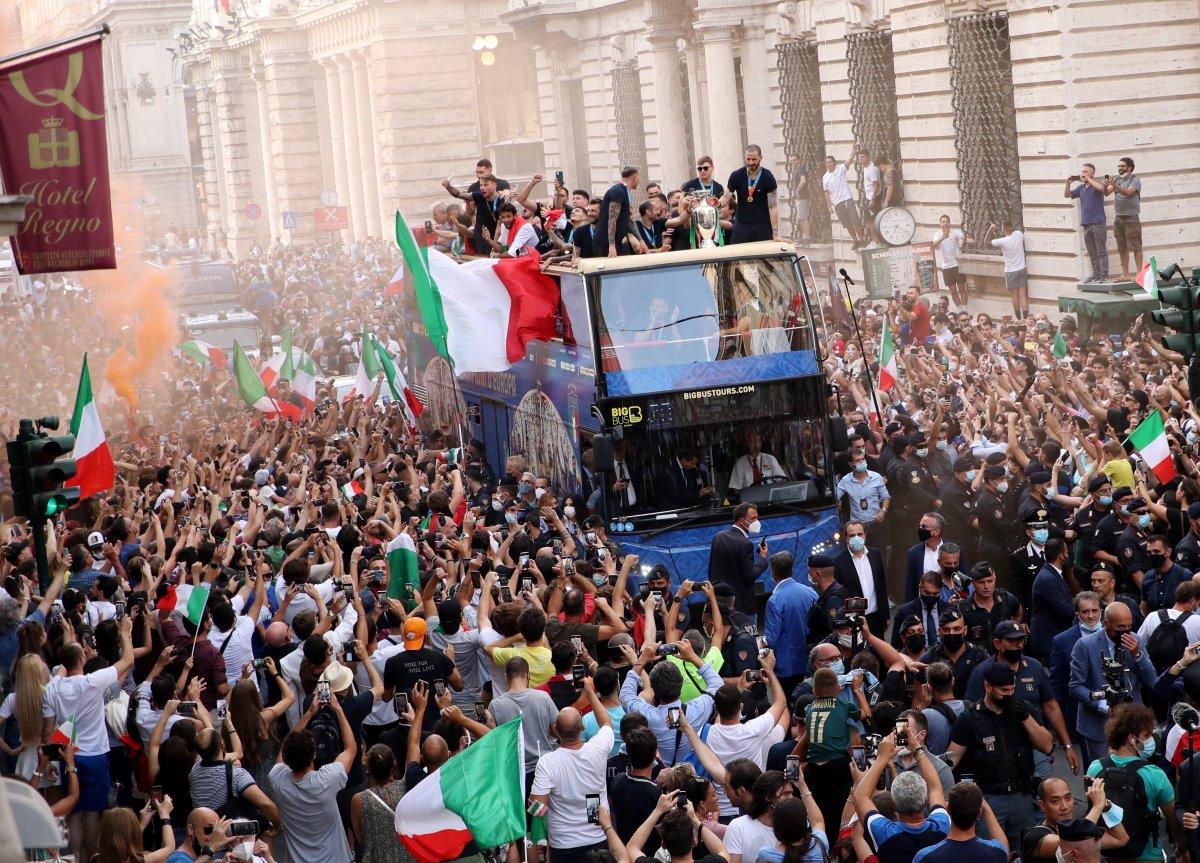 Şampiyon İtalya, Roma da şampiyonluk turu attı #11