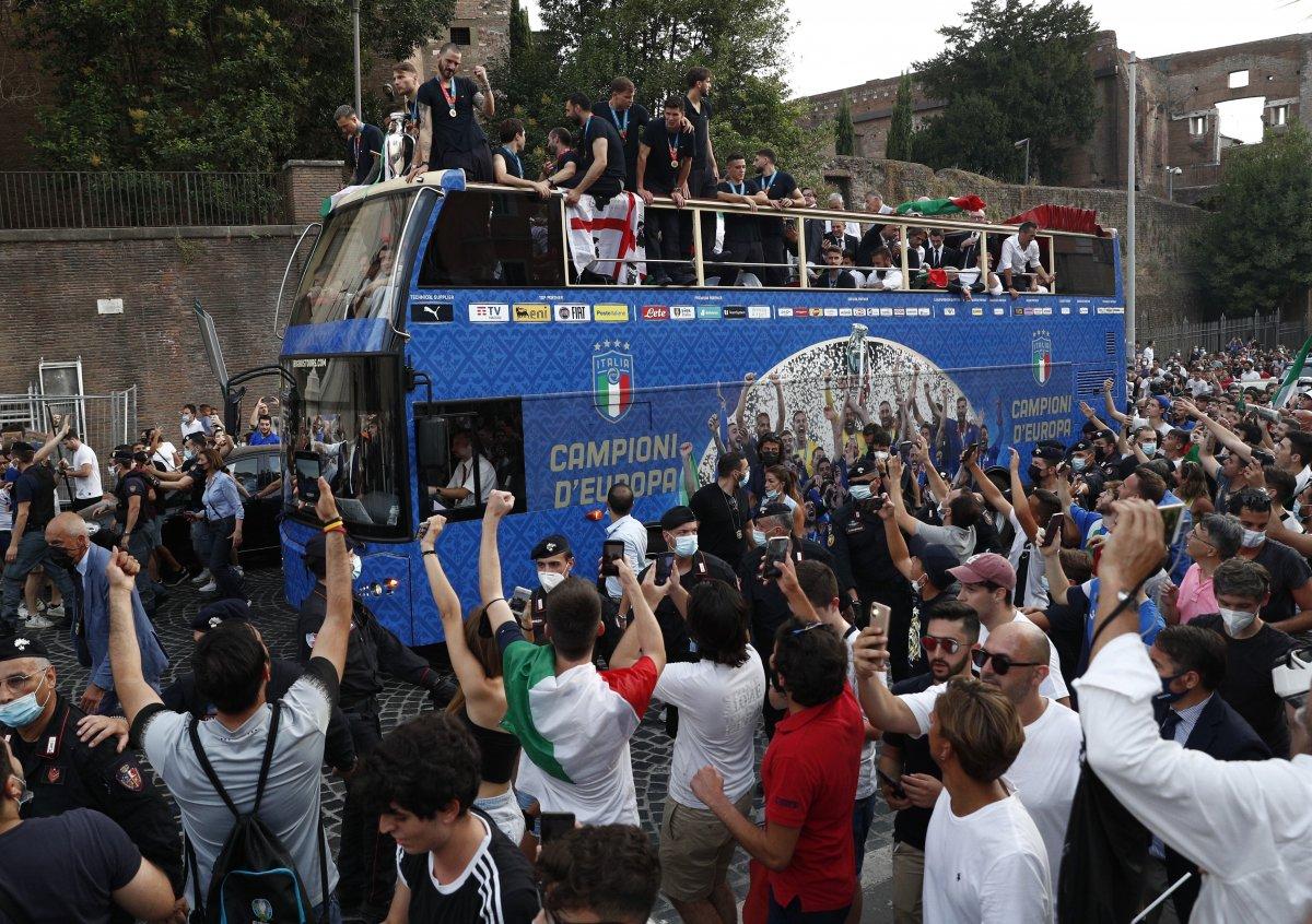 Şampiyon İtalya, Roma da şampiyonluk turu attı #9