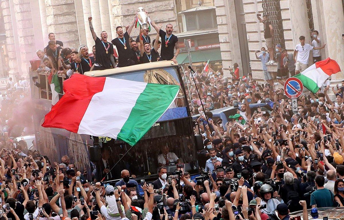 Şampiyon İtalya, Roma da şampiyonluk turu attı #2