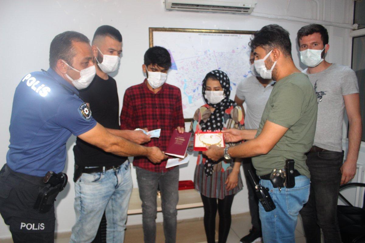 Adıyaman'da içi ziynet ve para dolu valiz Afgan çifte teslim edildi #4
