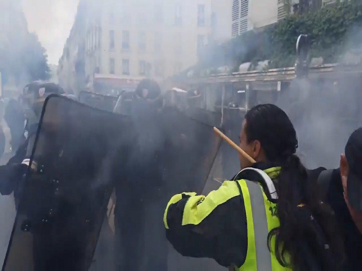 Fransa da halk  kahrolsun diktatörlük  sloganıyla gösteri düzenledi  #4