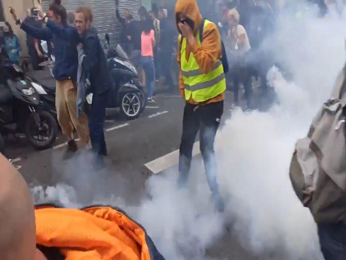 Fransa da halk  kahrolsun diktatörlük  sloganıyla gösteri düzenledi  #6