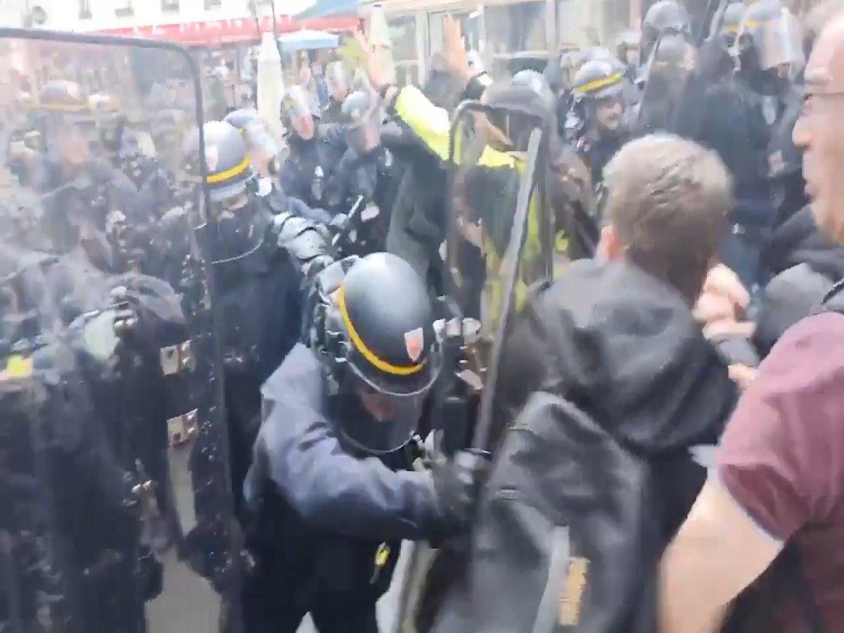 Fransa da halk  kahrolsun diktatörlük  sloganıyla gösteri düzenledi  #2