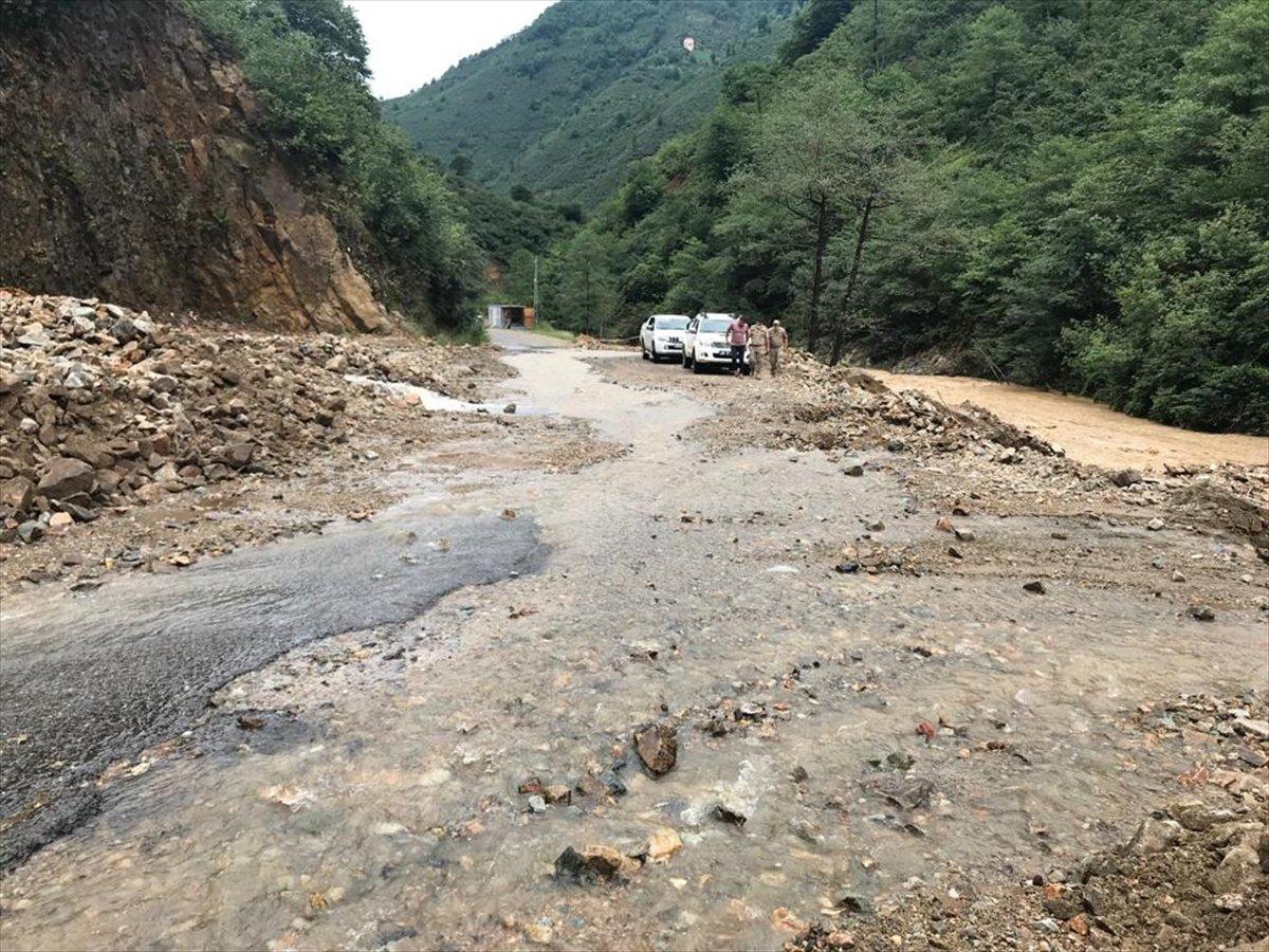 Rize ve Giresun da sağanak yağış nedeniyle yolları su bastı #8