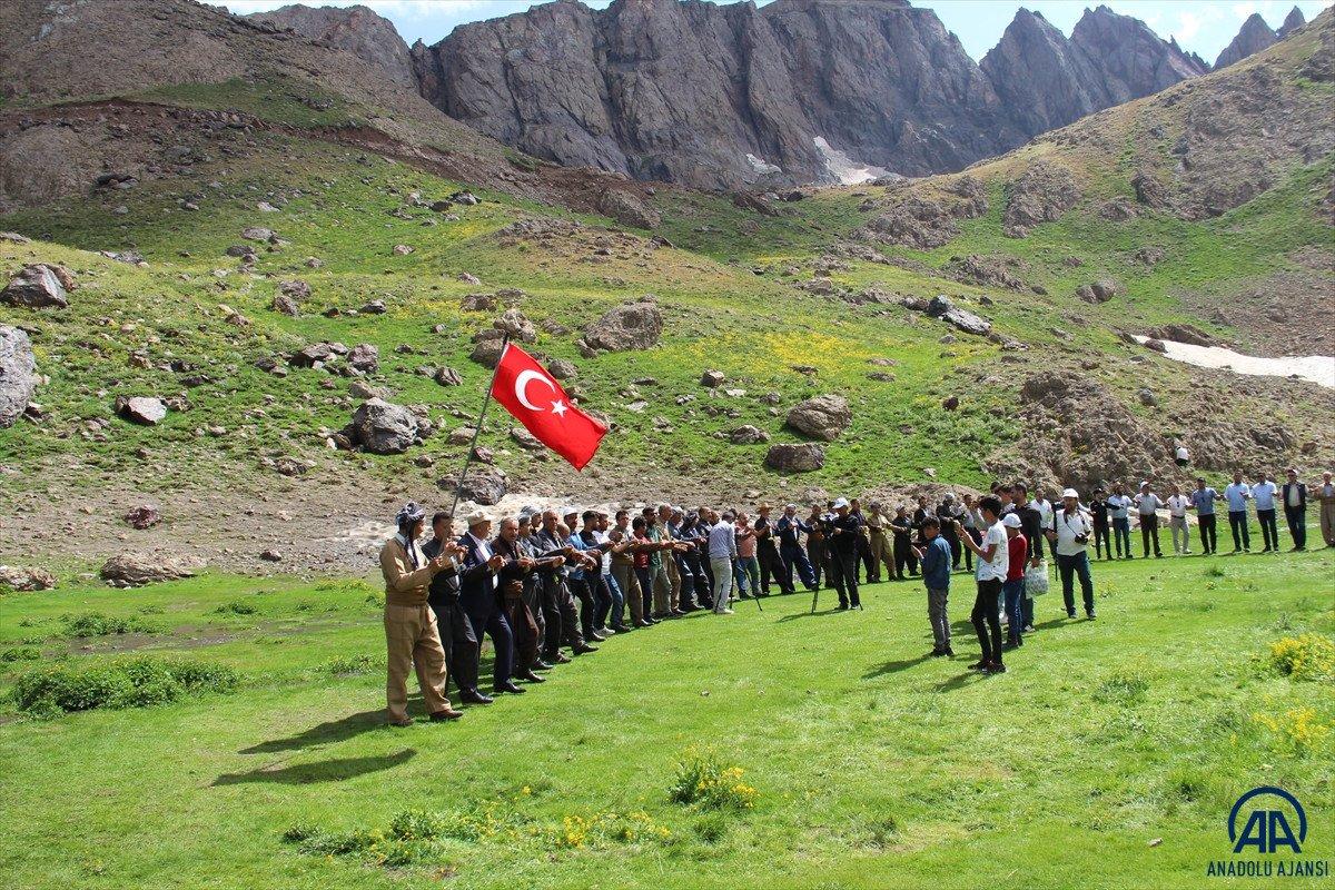 Terörden temizlenen Çarçel Yaylası'nda, Türk bayrakları ile halay çekildi  #1
