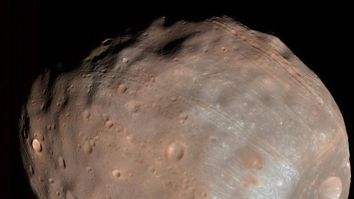 NASA, Marsın doğal uydusu Phobosu paylaştı