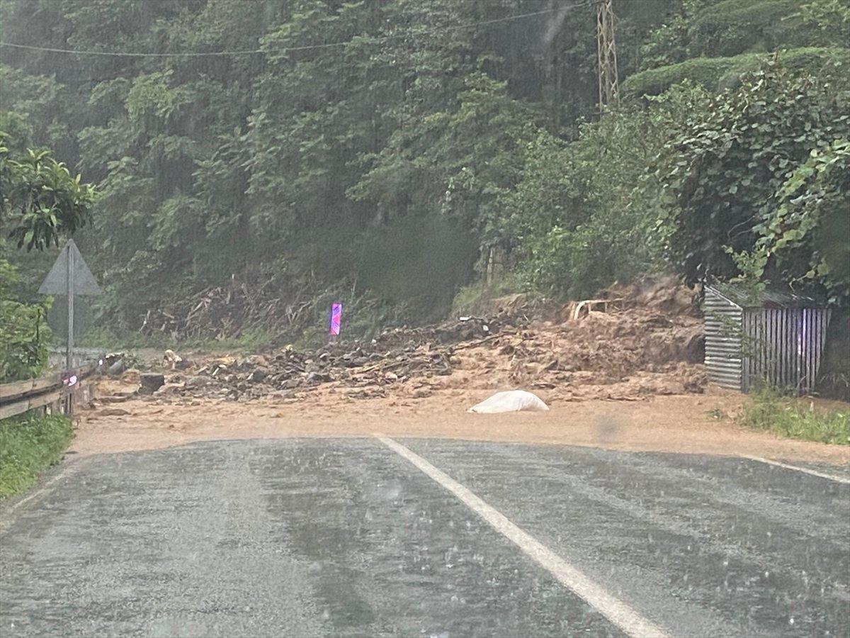 Rize ve Giresun da sağanak yağış nedeniyle yolları su bastı #4