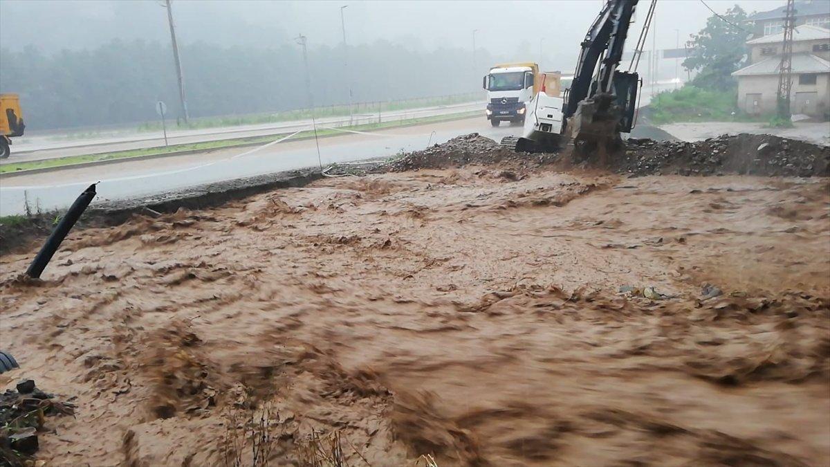 Rize ve Giresun da sağanak yağış nedeniyle yolları su bastı #3