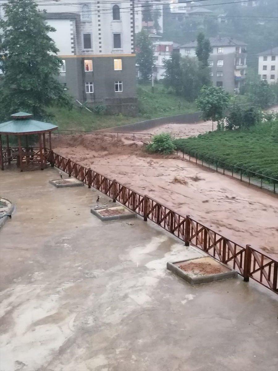 Rize ve Giresun da sağanak yağış nedeniyle yolları su bastı #1