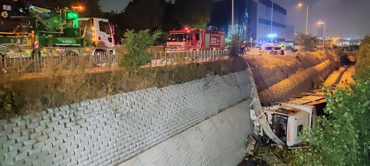 İstanbul da karpuz yüklü kamyon dereye düştü #1