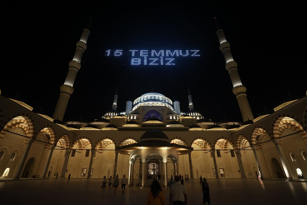 Galata Kulesi, Çamlıca Kulesi ve Ayasofya Meydanı nda 15 Temmuz temalı gösteri #16