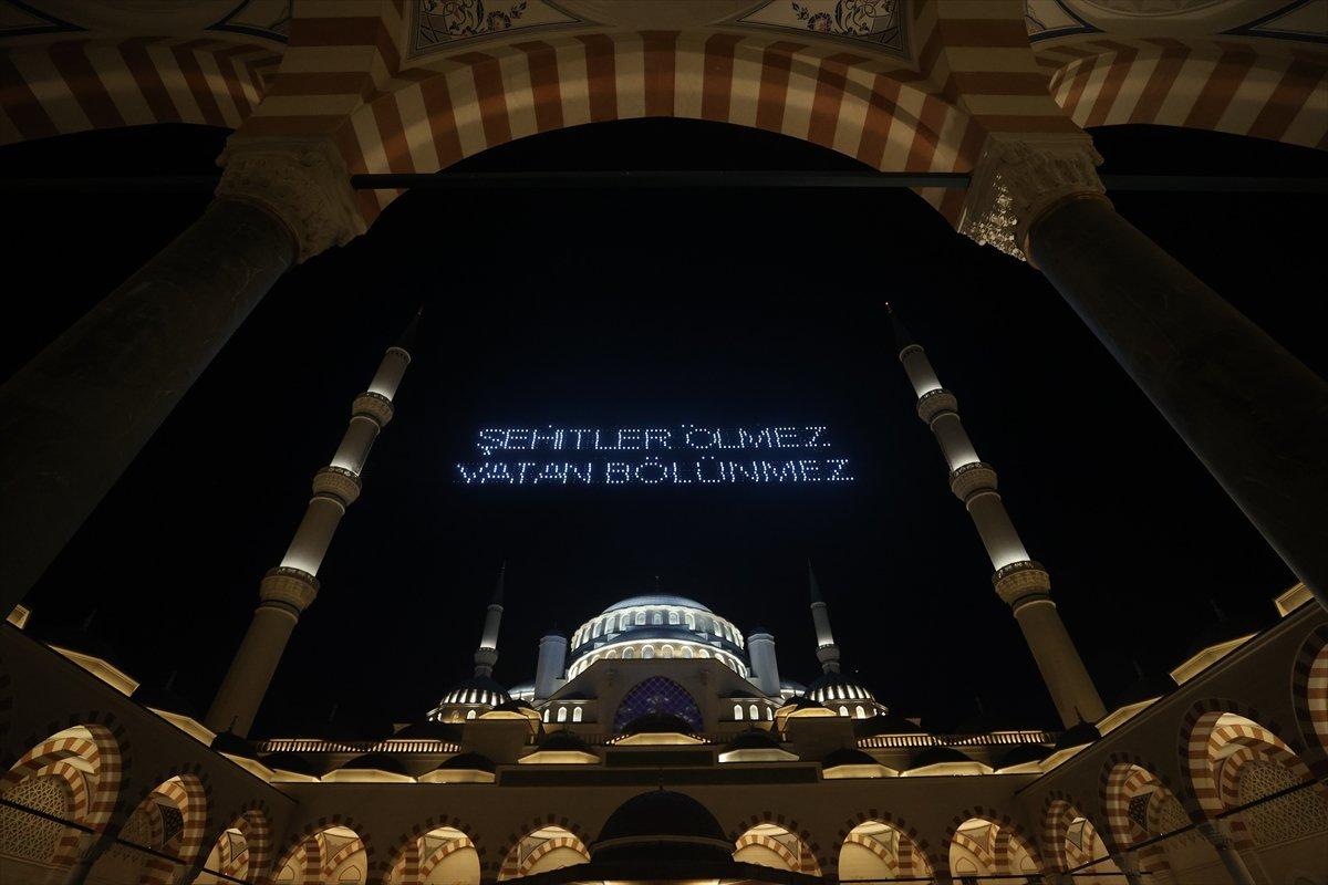 Galata Kulesi, Çamlıca Kulesi ve Ayasofya Meydanı nda 15 Temmuz temalı gösteri #15