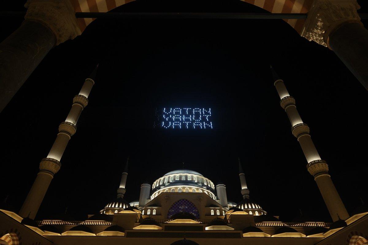 Galata Kulesi, Çamlıca Kulesi ve Ayasofya Meydanı nda 15 Temmuz temalı gösteri #17