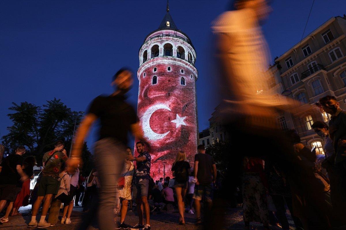 Galata Kulesi, Çamlıca Kulesi ve Ayasofya Meydanı nda 15 Temmuz temalı gösteri #4