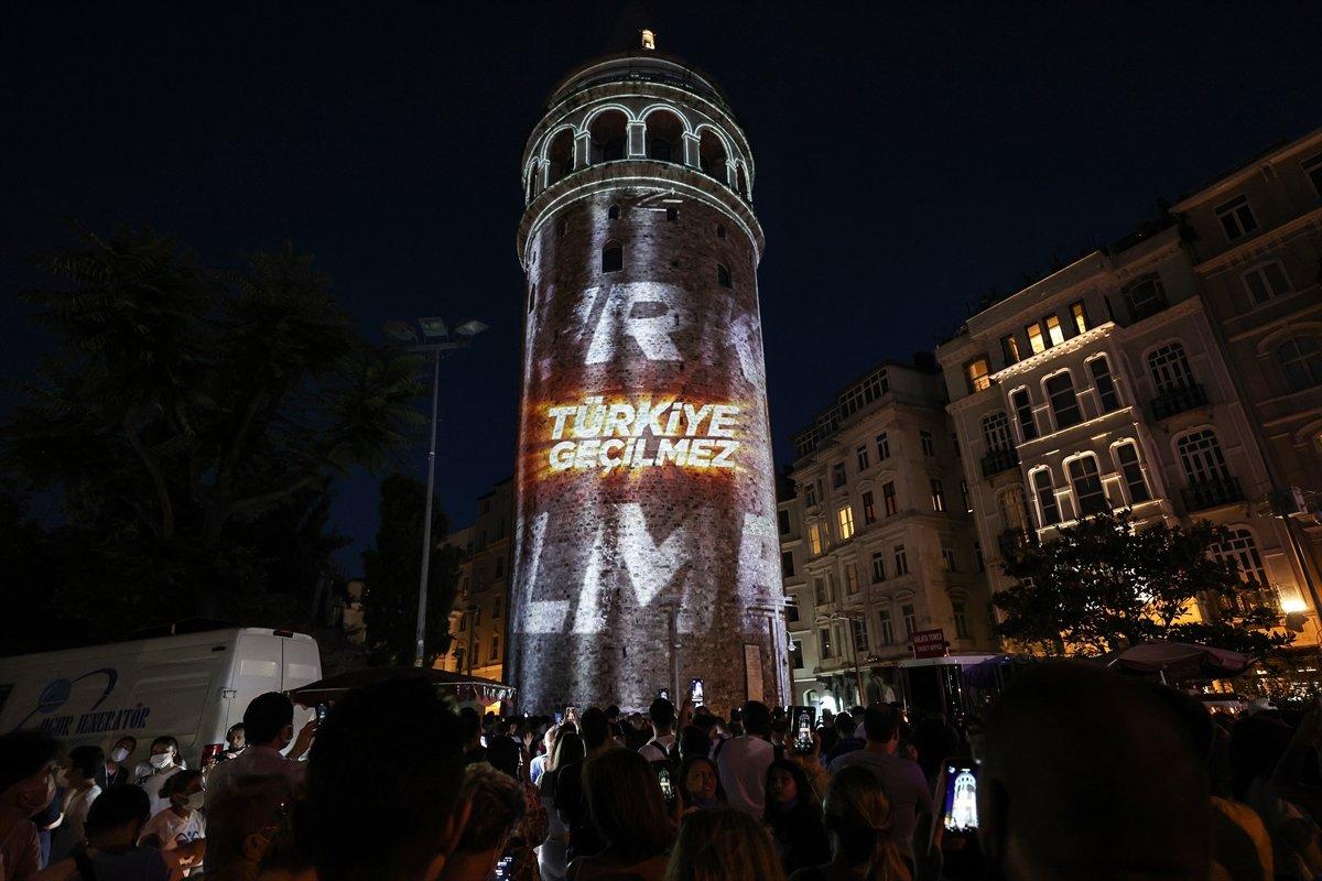 Galata Kulesi, Çamlıca Kulesi ve Ayasofya Meydanı nda 15 Temmuz temalı gösteri #2
