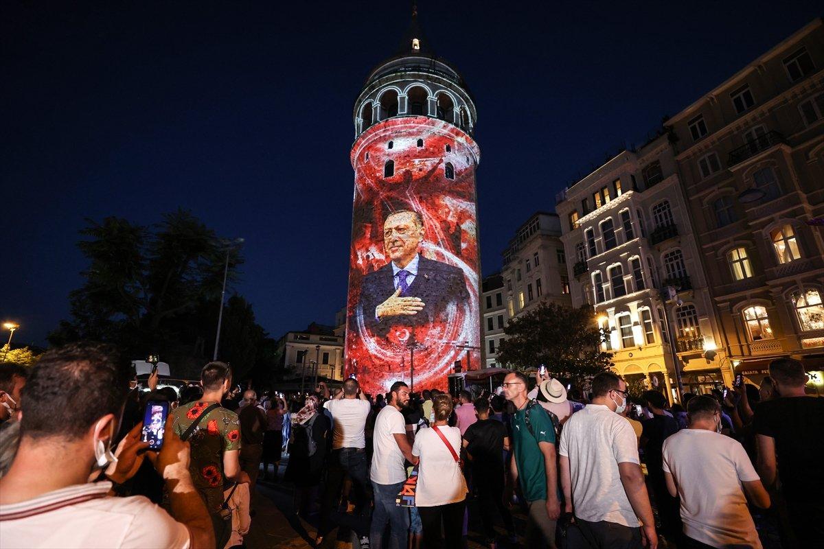 Galata Kulesi, Çamlıca Kulesi ve Ayasofya Meydanı nda 15 Temmuz temalı gösteri #1