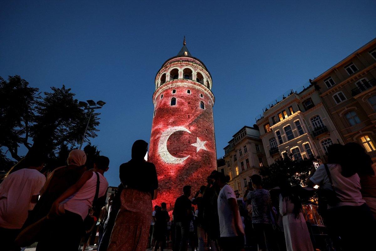 Galata Kulesi, Çamlıca Kulesi ve Ayasofya Meydanı nda 15 Temmuz temalı gösteri #3