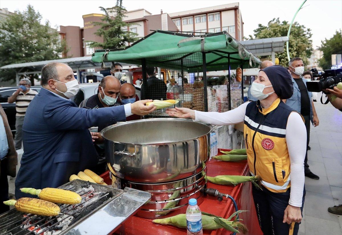 Sanayi ve Teknoloji Bakanı Varank süt mısırı ikram etti  #3