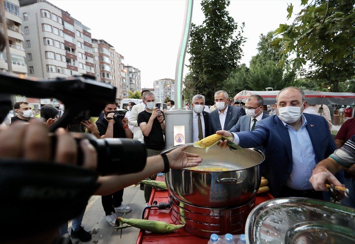 Sanayi ve Teknoloji Bakanı Varank süt mısırı ikram etti  #1
