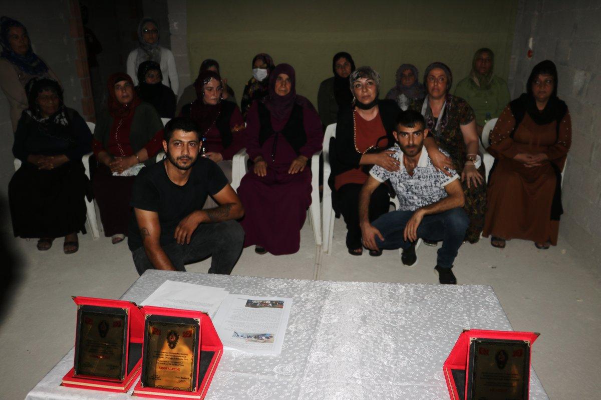 Adana da kafesten çıkan 2 kişi, uyuşturucu bağımlısı çıktı #4