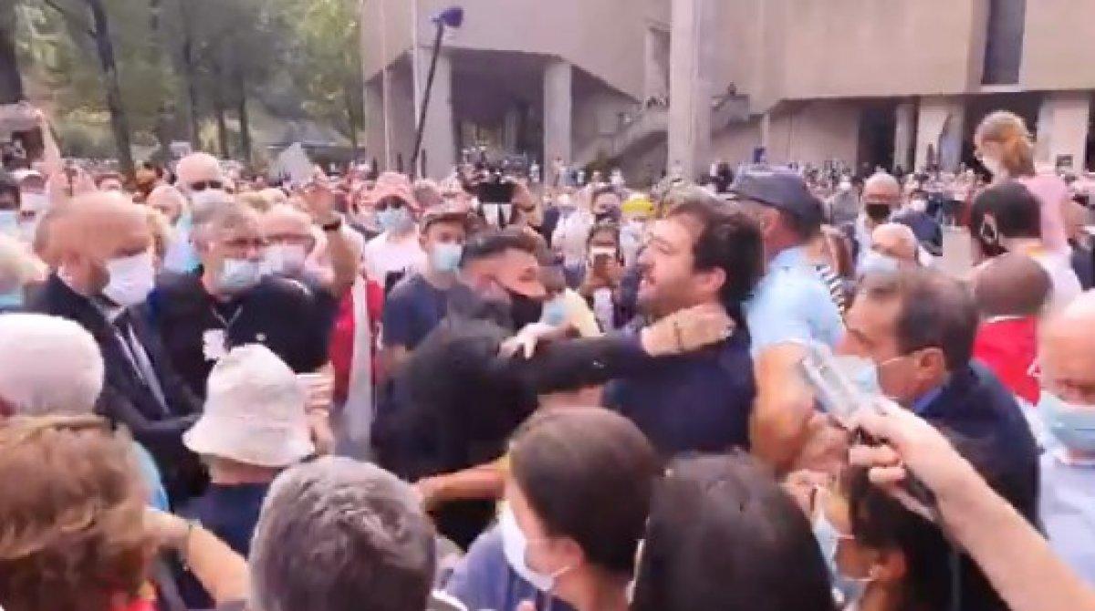Emmanuel Macron'a, tapınak ziyareti sırasında tepki #1