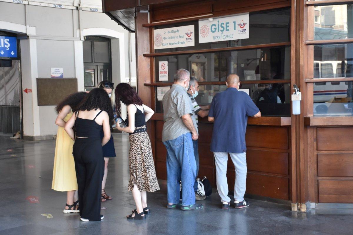 İzmir de tatilcilerin tercihi tren oldu #9
