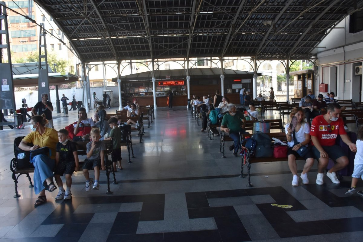 İzmir de tatilcilerin tercihi tren oldu #1