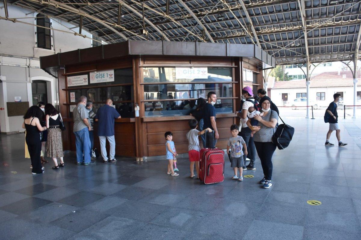 İzmir de tatilcilerin tercihi tren oldu #4