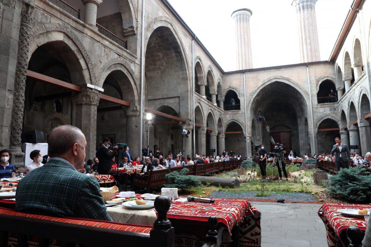 Cumhurbaşkanı Erdoğan, Erzurum da gençlerle buluştu #1