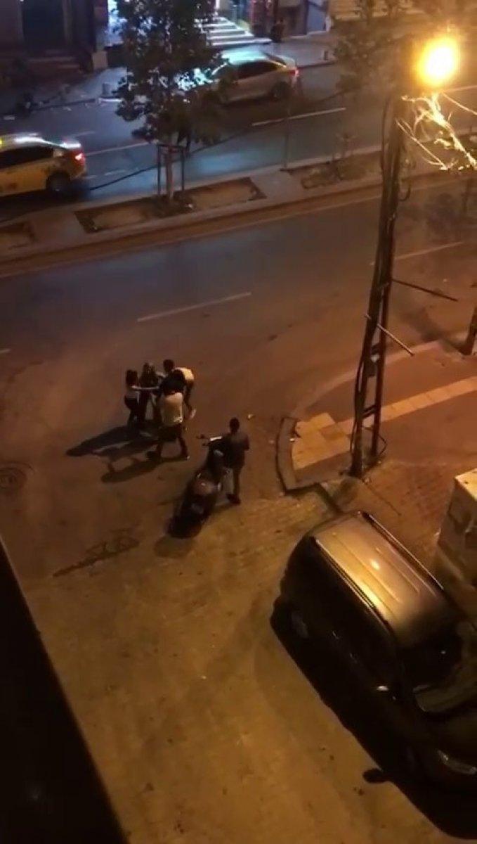 İstanbul da tekmeli tokatlı kız kavgası kamerada #1